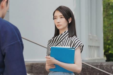 新水曜ドラマ『#リモラブ〜普通の恋は邪道〜』より2012年「ぶり大根」時代の美々(波瑠)(C)日本テレビ