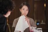 新水曜ドラマ『#リモラブ〜普通の恋は邪道〜』より2015年「ニラレバ」時代の美々(波瑠)(C)日本テレビ