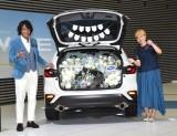 『SUBARU 新型「レヴォーグ」』の発売記念イベントに出席した(左から)本並健治、丸山桂里奈 (C)ORICON NewS inc.
