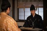 帳簿の整理をしていてあることに気づく光秀(長谷川博己)=大河ドラマ『麒麟がくる』第28回(10月18日放送)(C)NHK