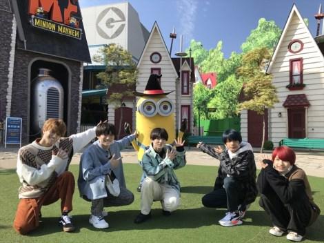 10月27日、総合テレビで放送『第20回 わが心の大阪メロディー』でコラボするユニバーサル・スタジオ・ジャパンを訪れた関西ジャニーズJr.のメンバー=Minions TM & (C) 2020 Universal Studios.