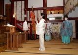 拝殿で新曲ヒット祈願を行う長山洋子=ニューシングル「あの頃も 今も 〜花の24年組〜」ヒット祈願