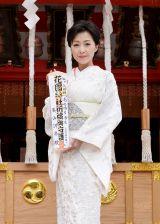 賽銭箱の前で、ヒット祈願のお札を手にする長山洋子=ニューシングル「あの頃も 今も 〜花の24年組〜」ヒット祈願