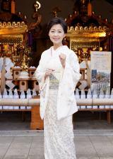 宝物殿の神輿の前で、新曲ヒットに意欲満々の長山洋子=ニューシングル「あの頃も 今も 〜花の24年組〜」ヒット祈願