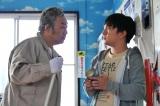 『世にも奇妙な物語'20秋の特別編』の『コインランドリー』に出演する(左から)コロッケ、濱田岳(C)フジテレビ