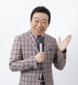 小田切千アナウンサー=『NHKのど自慢〜おうちでパフォーマンス〜』11月1日放送(C)NHK