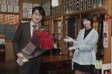 水曜ドラマ『#リモラブ〜普通の恋は邪道〜』より及川光博の誕生日を祝った波瑠 (C)日本テレビ