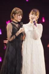 キャプテンの小嶋花梨(左)と「友達」をデュエット=『吉田朱里 卒業コンサート 〜さよならピンクさよならアイドル〜』より(C)NMB48