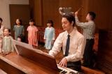 第93回より。ラジオドラマ『鐘の鳴る丘』の主題歌「とんがり帽子」を無事書き上げた裕一(窪田正孝)(C)NHK
