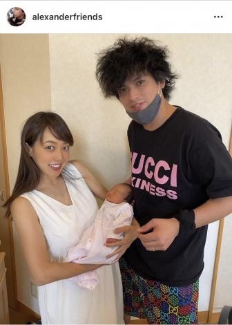 サムネイル 川崎希&アレクサンダー夫妻と第2子長女の3ショットで退院報告(写真は事務所許諾済み)