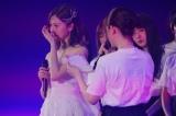 同期の松村沙友理からの手紙に涙する白石麻衣=乃木坂46・白石麻衣卒業コンサート『NOGIZAKA46 Mai Shiraishi Graduation Concert 〜Always beside you〜』より