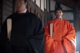 大河ドラマ『麒麟がくる』第30回(11月1日放送)より。帝・正親町天皇に拝謁する信長(染谷将太)(C)NHK