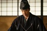 大河ドラマ『麒麟がくる』第30回(11月1日放送)より。信長にある助言をする明智光秀(長谷川博己) (C)NHK