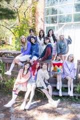 IZ*ONE 初の日本完全オリジナル写真集『IZ*ONE SPECIAL SURPR*IZ PHOTO BOX』 撮影/Kim Daun