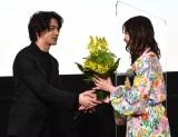 吉高由里子にサプライズで花束のプレゼント=映画『きみの瞳(め)が問いかけている』大ヒット御礼イベント (C)ORICON NewS inc.