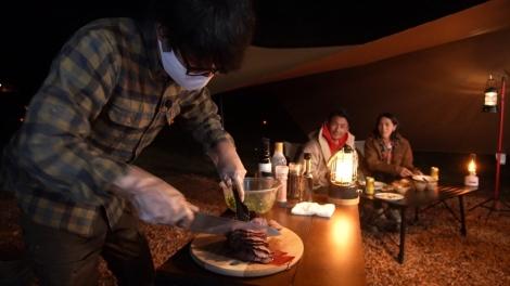 キャンプ料理の達人・うしろシティ阿諏訪は、那須高原の食材を使った絶品イタリアンキャンプ飯でおもてなし=11月7日放送、『注文の多い初キャンプ』 (C)テレビ朝日