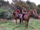 乗馬を楽しむ魔裟斗&矢沢心夫妻=11月7日放送、『注文の多い初キャンプ』 (C)テレビ朝日