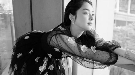 透け感のあるティアードドレス姿の平祐奈 (写真は公式ブログより)