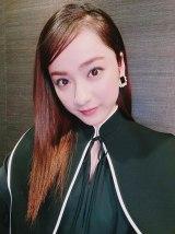 「BLACK×GOLDっていいよねぇ」とお気に入りの衣装を着た平祐奈 (写真は公式ブログより)