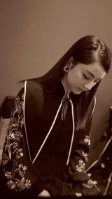 刺繍入りのブルゾンスリーブ、バンドウエスト、非対称のプリーツスカートが特のエンベリッシュドレス姿の平祐奈 (写真は公式ブログより)