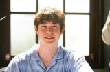 連続テレビ小説『エール』ステージで骨折し、華が勤める病院に入院するロカビリー歌手・霧島アキラ(宮沢氷魚)(C)NHK