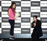 """『Galaxy A51 """"4cm美""""モデル就任式』にゲストとして参加した(左から)岡部友氏、ゆりやんレトリィバァ (C)ORICON NewS inc."""