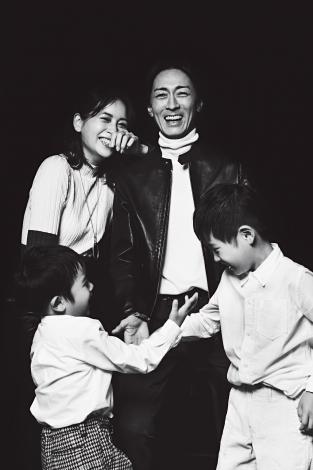 『VERY』12月号で家族写真を初公開した矢部浩之&青木裕子ファミリー