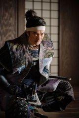 浅井長政の裏切りを信長に伝える光秀=大河ドラマ『麒麟がくる』第31回「逃げよ信長」(11月8日放送)より (C)NHK