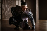 織田信長はいま死んではならない、逃げるべしと強く説得する光秀=大河ドラマ『麒麟がくる』第31回「逃げよ信長」(11月8日放送)より (C)NHK