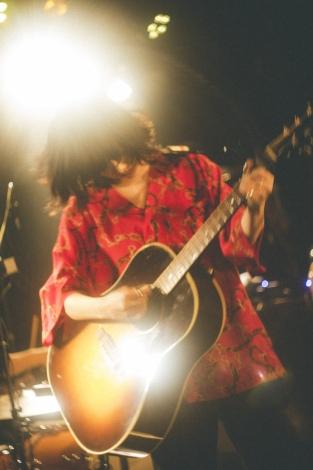 インディーズ時代からライブを行っていた吉祥寺SHUFFLEで全8曲を演奏 Photo by 鈴木友莉