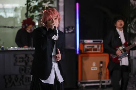 黒のスカート衣装に映えるピンク髪のFukase=『End of the World配信ライブ sponsored by Amazon Music』より
