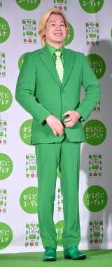 """カズレーザー""""緑スーツ""""初披露"""
