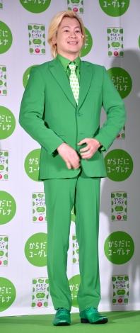 """""""緑スーツ""""を初披露したカズレーザー=『からだにユーグレナ』新CM発表会 (C)ORICON NewS inc."""