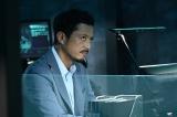 『24 JAPAN』第4話(10月30日放送)より。獅堂現馬(唐沢寿明)を意識しすぎの南条巧(池内博之) (C)2020 Twentieth Century Fox Film Corporation. All Rights Reserved.