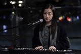 木曜ドラマ『七人の秘書』第5話(11月19日放送)主題歌アーティストのmilet(ミレイ)がストリートミュージシャン役で出演(C)テレビ朝日