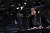 木曜ドラマ『七人の秘書』第5話(11月19日放送)主題歌アーティストのmilet(ミレイ)がストリートミュージシャン役で出演 (C)テレビ朝日