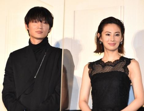 (左から)綾野剛、北川景子=映画『ドクター・デスの遺産-BLACK FILE-』公開記念舞台あいさつ