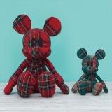 左はLAST賞のクリスマスカラーのミッキーマウスぬいぐるみ(全高約40センチ)、右は「当たり?」くじでもらえるミッキーマウスぬいぐるみ(全高約20センチ)(C) Disney (C) Disney. Based on the