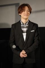 映画『日本沈没2020 劇場編集版 -シズマヌキボウ-』公開記念舞台あいさつに登場した小野賢章