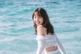 ビーチで笑顔を見せるNANAMI 撮影:三瓶康友/NANAMI写真集「タイトル未定」(講談社)より