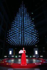 「KITTE(キッテ)」のクリスマスツリー点灯式に登場したMay J.
