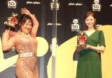『anan AWARD』第2弾授賞式に登場した(左から)フォーリンラブ・バービー、白石麻衣 (C)ORICON NewS inc.
