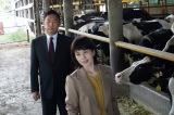 殺害現場の牧場の牛舎にやってきたマリコ(沢口靖子)と土門(内藤剛志)(C)テレビ朝日