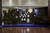 阪急メンズ大阪のクリスマス・デコレーションに片岡メリヤス氏のぬいぐるみが登場 撮影/松下二郎