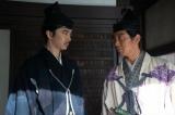 光秀(長谷川博己)と藤吉郎(佐々木蔵之介)=大河ドラマ『麒麟がくる』第32回(11月15日放送)より(C)NHK