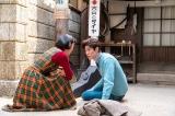 連続テレビ小説『エール』最終週・第116回(11月23日放送)より。華(古川琴音)との結婚の許しを得ようと古山家にやってきたアキラ(宮沢氷魚)は緊張で転んでしまう(骨折が治ったばかりなのに…)(C)NHK