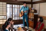 連続テレビ小説『エール』最終週・第116回(11月23日放送)より。アキラ(宮沢氷魚)は華(古川琴音)を思って作ったという曲を熱唱(C)NHK
