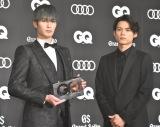 『GQ MEN OF THE YEAR 2020』のフォトコールに登場した(左から)ジェシー、松村北斗 (C)ORICON NewS inc.