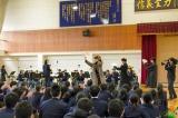 モデルとなった福島出身の作曲家・古関裕而さんの母校・福島商業高校を出演者3人が訪問(C)NHK