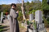 連続テレビ小説『エール』主人公のモデルとなった古関裕而さんの墓前で手を合わせる窪田正孝 (C)NHK